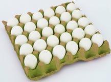 30个片断一小包白鸡蛋图片 免版税库存照片