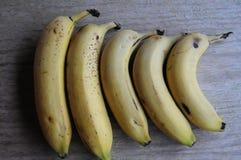 5个片断在桌上的香蕉果子 库存图片