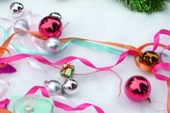 2007个球圣诞节年 并且缎丝带 库存图片