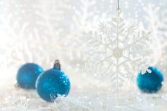2007个球圣诞节年 新年与雪花和圣诞节球的` s照片 免版税库存图片