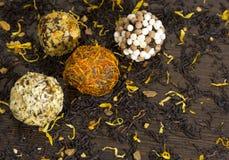 4个球糖果拂去了灰尘与添面包,甜点,点心,茶 免版税库存照片