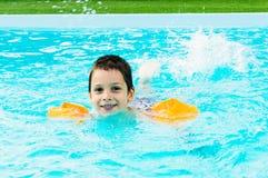 5个男孩池游泳 库存照片