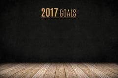 2017个目标在黑板墙壁上的金文本在木板条地板上,新 免版税库存照片