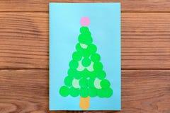 8个看板卡圣诞节eps文件包括的结构树 圣诞节在一张木桌上隔绝的贺卡 做的容易的事用纸和剪刀 库存照片