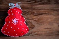 8个看板卡圣诞节eps文件包括的结构树 在棕色木背景的红色圣诞树与文本的拷贝空间 特写镜头 免版税库存图片