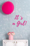 2007个看板卡招呼的新年好 婴儿送礼会和声明看板卡 它` s女孩字法 一个大桃红色气球和花箱子 免版税库存照片