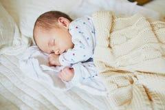 1个睡觉在被编织的毯子下的月大女婴 库存图片