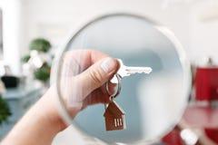 100个票据概念美元房子做抵押 人递对负关键与房子keychain 现代轻的大厅内部 房地产,移动的家或者 图库摄影