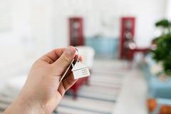 100个票据概念美元房子做抵押 人递对负关键与房子keychain 现代轻的大厅内部 房地产,移动的家或者 免版税库存图片