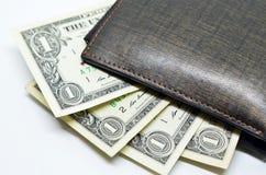 100个票据美元伸出我们的皮革货币钱包 免版税库存图片