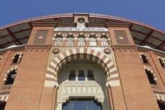 1900个竞技场巴塞罗那斗牛场卡塔龙尼亚在传统6月las mudejar博物馆新新的被开张的广场岩石卷购物西班牙西班牙方形样式的toros里面的中心de 巴塞罗那 库存照片