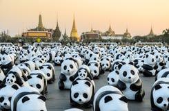 1,600个纸mache熊猫雕塑世界游览合作的陈列在泰国 图库摄影