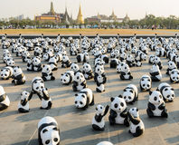 1,600个纸mache熊猫雕塑世界游览合作的陈列在泰国 库存照片