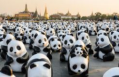1,600个纸mache熊猫雕塑世界游览合作的陈列在泰国 库存图片