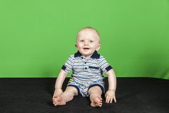 10个绿色背景的pt 3月大男婴 免版税图库摄影