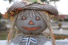 3个背景男孩逗人喜爱的万圣节帽子查出老稻草人非常空白巫婆岁月 库存照片