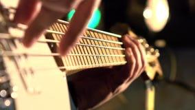 2011个范围低音迪拜节日灰色吉他国际爵士乐macy执行 教训吉他使用 股票视频