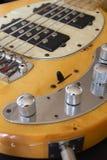 2011个范围低音迪拜节日灰色吉他国际爵士乐macy执行 免版税图库摄影