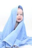 7个蓝色毛巾的月逗人喜爱的女婴 免版税库存图片