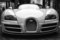0 00 4 8 16 52 253 268 408 431个角度bugatti汽车磁道eb引擎装有引擎的引擎等同的最快速的功能全部h有超级km合法的公升中间英里/小时缩小的原始生产四元组路速度的体育运动冠上游览涡轮增压的二V-8版本veyron w16世界 库存照片