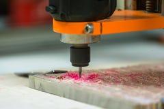 3个轴雕刻木表面,滑板回收的CNC 3d机器 图库摄影