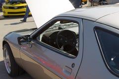 1985个银色保时捷928-S内部 免版税图库摄影