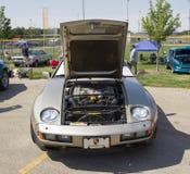 1985个银色保时捷928-S正面图 库存图片