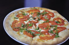 整个食家素食主义者Margherita薄饼 库存图片