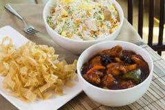 5个香料鸡,炒米,蜂蜜面条 免版税库存图片
