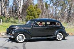 1939个驾驶在乡下公路的推托D11轿车 免版税库存照片