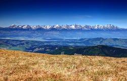 整个高Tatras范围,斯洛伐克的看法与多雪的山峰的 免版税库存照片