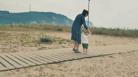 4个k beautifull女孩,走和花费与她逗人喜爱的矮小的婴孩的母亲时间,在Cantabrian海岸中,在 股票视频