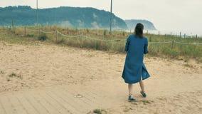 4个k beautifull女孩,走和花费与她逗人喜爱的矮小的婴孩的母亲时间,在Cantabrian海岸中,在 股票录像
