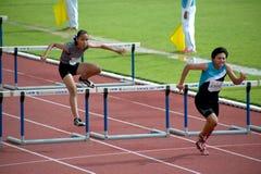 100个m.障碍在泰国打开运动冠军2013年。 免版税图库摄影