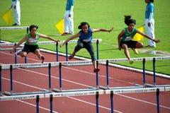 100个m.障碍在泰国打开运动冠军2013年。 免版税库存照片