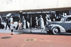 1091个MERRILLS药物中心街道画 免版税库存照片