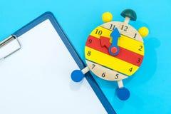 12个o `时钟 时间安排概念 闹钟特写镜头 回到学校 变动的横幅您的时钟消息 创造性的服务台 库存图片