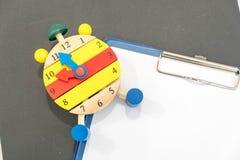 12个o `时钟 时间安排概念 闹钟特写镜头 回到学校 变动的横幅您的时钟消息 创造性的服务台 免版税库存图片