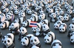 1600个Pandas+ TH,代表1,600只熊猫和提高在conserv的了悟的纸mache熊猫 免版税库存照片