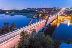 360个Pennybacker桥梁蓝色小时奥斯汀,得克萨斯,美国 免版税库存照片