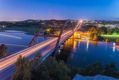 360个Pennybacker桥梁蓝色小时奥斯汀,得克萨斯,美国 图库摄影