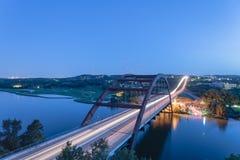 360个Pennybacker桥梁蓝色小时奥斯汀,得克萨斯,美国 免版税库存图片