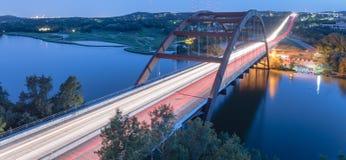 360个Pennybacker桥梁蓝色小时奥斯汀,得克萨斯,美国 库存图片