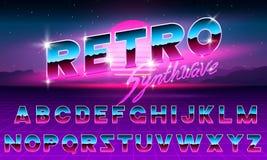 80个s紫色霓虹减速火箭的字体 未来派金属镀铬物信件 在黑暗的背景的明亮的字母表 轻的标志标志为 向量例证