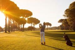 击中与俱乐部的高尔夫球运动员射击 库存图片