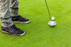 击中与轻击棒的高尔夫球 免版税库存图片