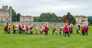 中世纪争斗:战斗与矛的步兵 免版税库存图片