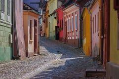 中世纪五颜六色的街道在Sighisoara,罗马尼亚 库存照片