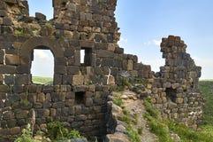 中世纪亚美尼亚堡垒的墙壁的废墟 库存图片