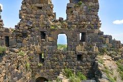 中世纪亚美尼亚堡垒的被破坏的墙壁 免版税库存图片